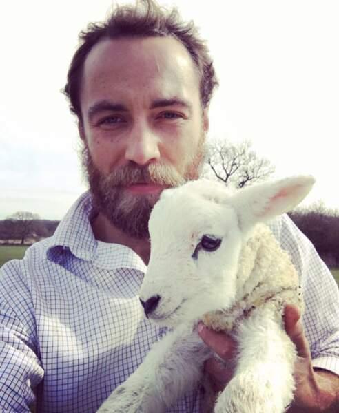 James Middleton et un agneau