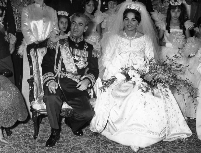 Le Shah d'Iran et Farah Diba (dans une robe Yves Saint Laurent pour Dior) lors de leur mariage le 21 décembre 1959
