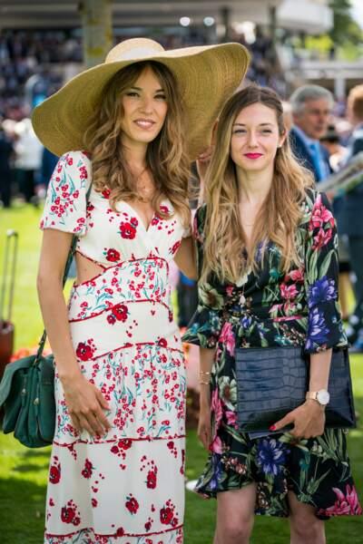 Elodie Fontan en robe estivale fleurie et large chapeau
