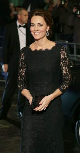 La robe longue en dentelle noire, un look sobre et élégant pour Kate Middleton lors d'un gala à Londres en 2014