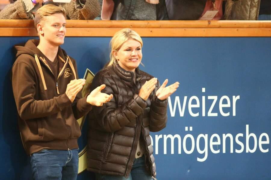 Corinna Schumacher et son fils Mick applaudissent les participants au concours équestre