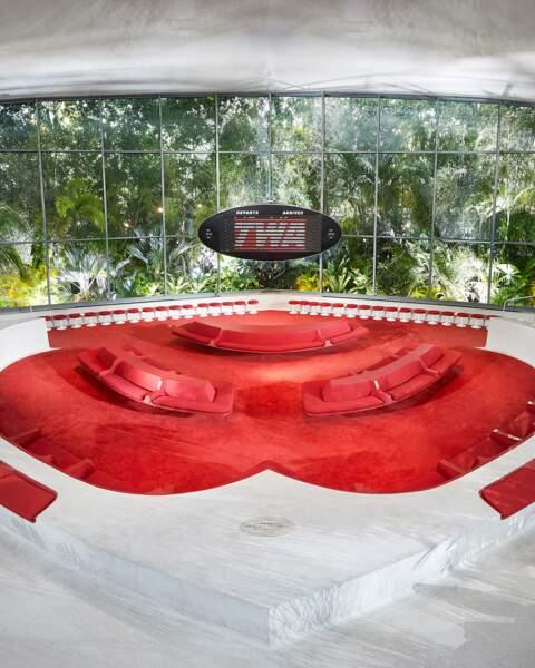 Dessiné en 1962 par le célèbre architecte et designer américain Eero Saarinen. Il réouvrira en tant qu'hotel.