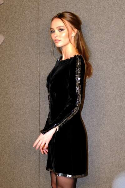 Lily-Rose Depp en robe scintillante et demie queue-de-cheval chez Chanel