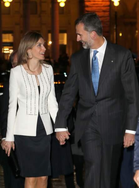 Le roi Felipe et la reine Letizia d'Espagne marchent dans la rue, en sortant du palais Giustiani à Rome, en 2014.