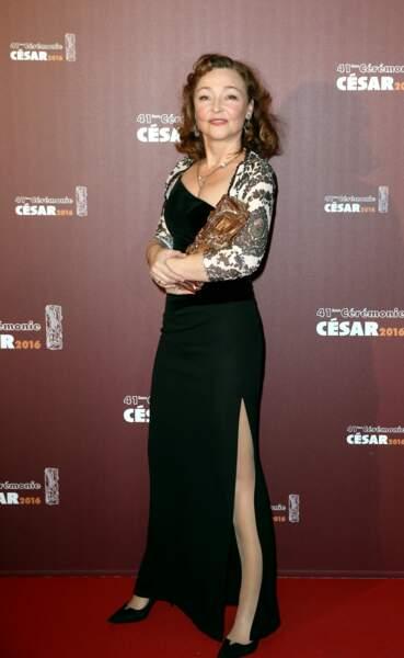 """Catherine Frot, en robe noire fendue et boléro, reçoit le César de la meilleure actrice en 2016 pour """"Marguerite"""""""