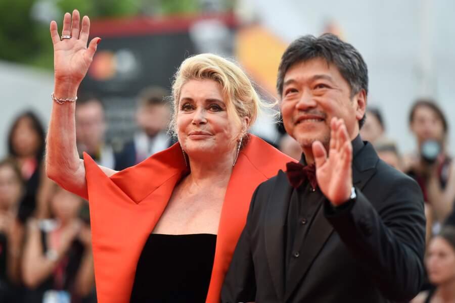 L'actrice pose avec le réalisateur Kore-Eda.