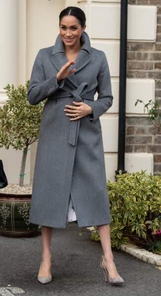 Meghan Markle enceinte et élégante dans un long manteau gris à Twickenham le 18 décembre 2018.