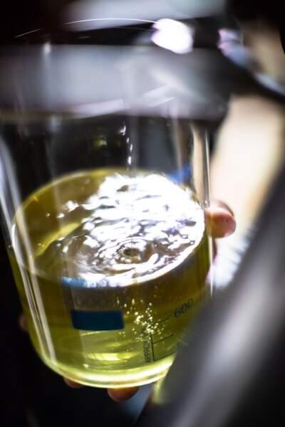 C'est seulement une fois distillée que la cardamome peut servir pour la fabrication du parfum.
