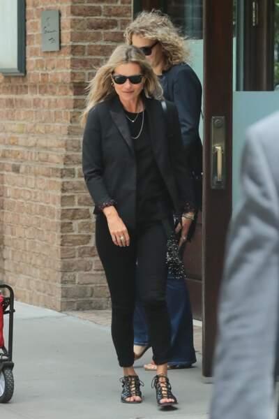 Kate Moss opte pour la spartiate en cuir noir, plus rock'n'roll.