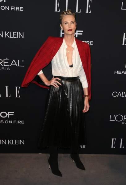 Charlize Theron seyx en rouge carmin et décolleté profond