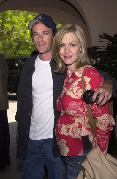 """Luke Perry et Jennie Garth, sa partenaire dans la série """"Beverly Hills"""", en 2002 à Los Angeles"""
