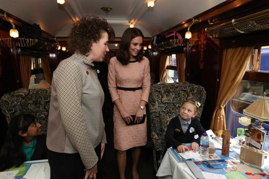 Kate parle avec des enfants dans un train en gare de Paddington