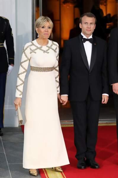 Du blanc pour une soirée américaine, Brigitte Macron mise sur la sobriété gold.