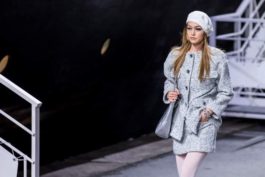 Gigi Hadid, la sœur de Bella Hadid a elle aussi défilé pour Chanel en béret bleu