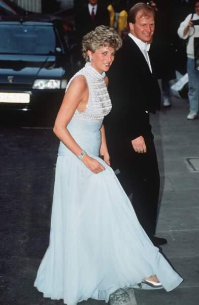 La princesse Diana en robe sans manche dessinée par Catherine Walker, lors d'un gala à Londres en 1992
