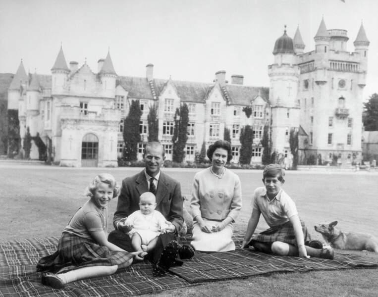 Philip et Elizabeth II, avec leurs enfants Andrew, Anne et Charles lors d'un picnic à Balmoral le 8 septembre 1960