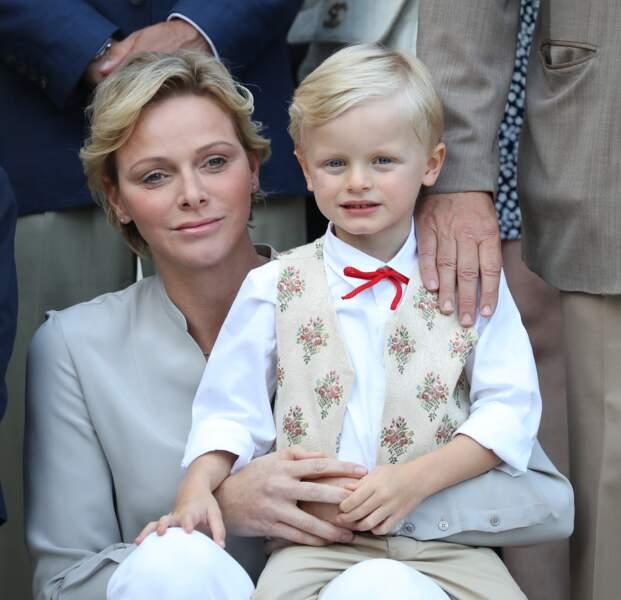 La princesse Charlène de Monaco accorde sa coupe et sa coiffure à celle de fils, le prince Jacques de Monaco
