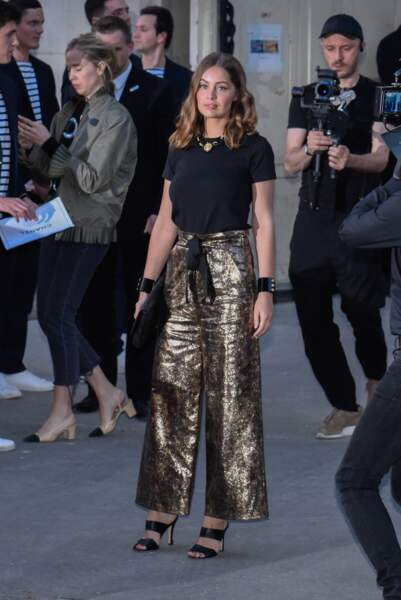Marie-Ange Casta magnifique en pantalon doré au défilé Chanel