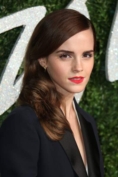 Cheveux lisses et bouche rouge pour Emma Watson en 2014.