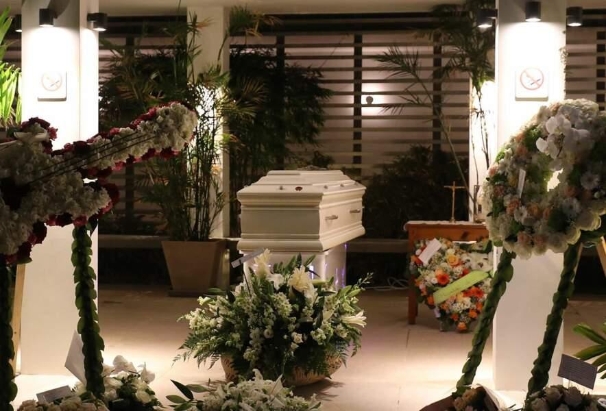 lundi 11 décembre : le cercueil blanc de Johnny Hallyday repose dans le funérarium de Lorient à Saint-Barth