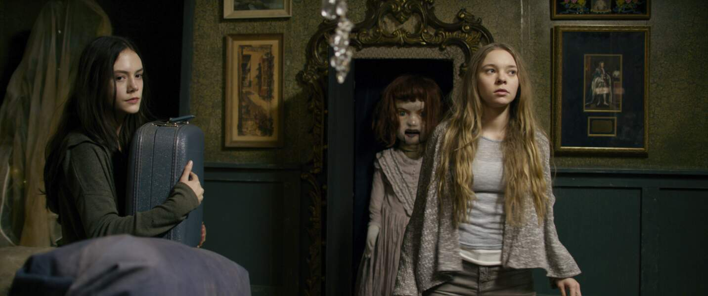 Découverte de l'étrange maison et d'une poupée au rôle symbolique par les deux adolescentes
