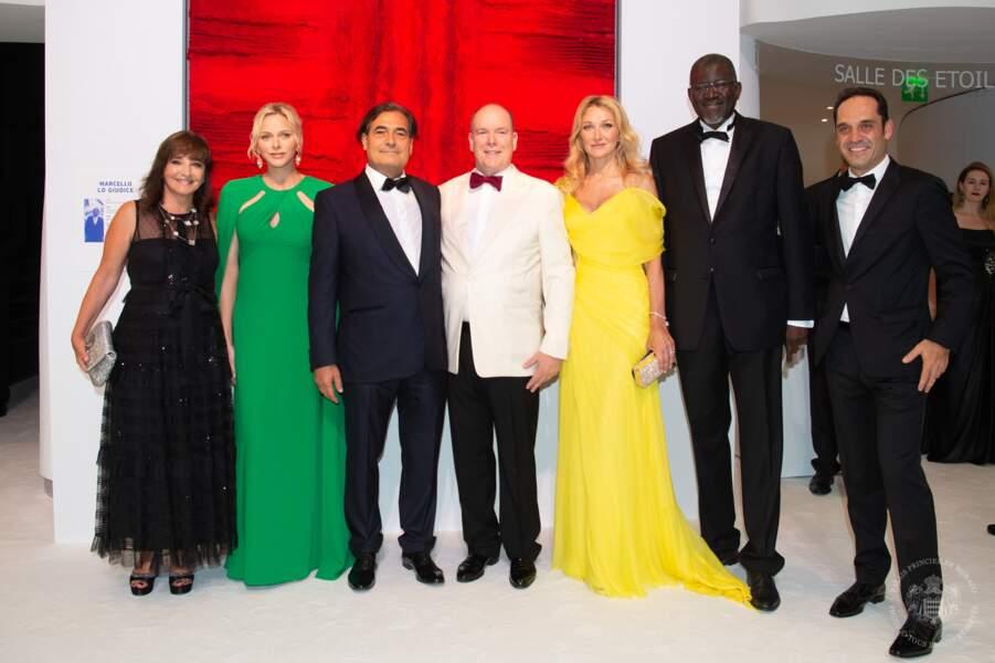 Le couple princier monégasque entouré de quelques invités du Gala de la Croix-Rouge