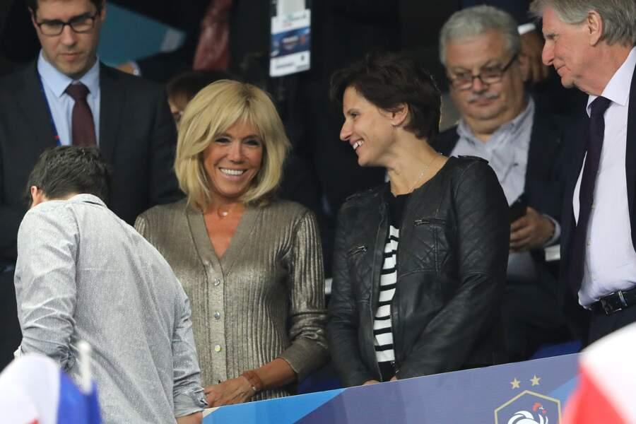 Brigitte Macron complice avec Roxana Maracineanu, ministre des Sports dans les tribunes de la Ligue des nations.