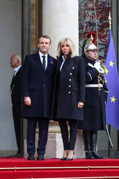 Brigitte Macron en caban et pantalon noi rle 11 novembre pour recevoir les chefs d'état à l'Elysée