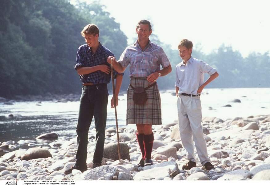 Le prince Charles, avec ses fils William et Harry en Ecosse en 1997