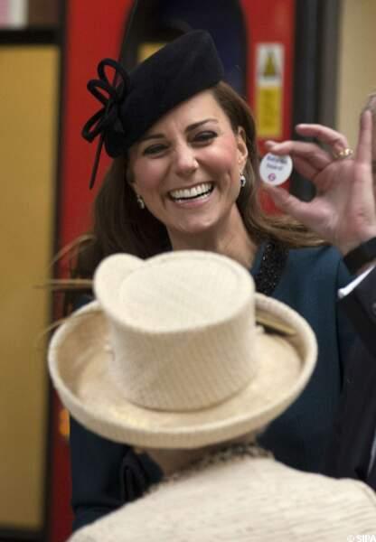 Kate Middleton fière de son badge future maman