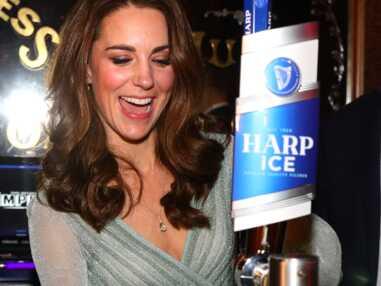 PHOTOS - Quand Kate Middleton, rayonnante dans une robe menthe, s'amuse à servir des bières lors d'une soirée !
