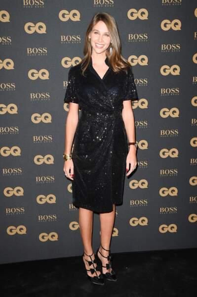 La journaliste Ophélie Meunier ravissante en robe noire scintillante et escarpins glamour