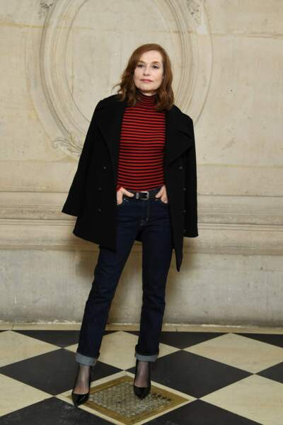Isabelle Huppert opte pour l'escarpin noir classique au photocall Dior. Chic !
