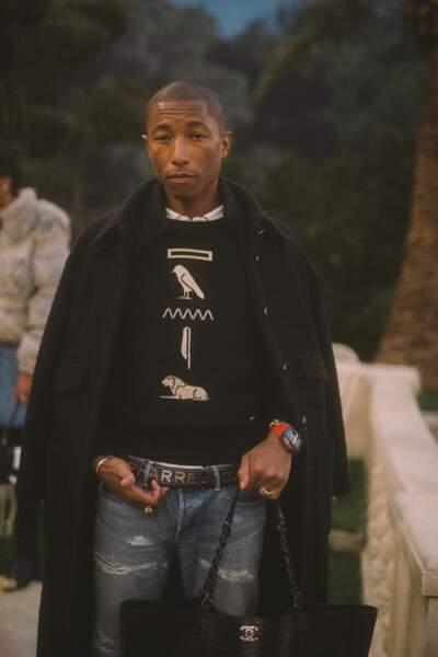 Pharrell Williams, l'égérie Chanel, était habillé en collection Métiers d'Art pour le défilé Chanel Haute Couture.