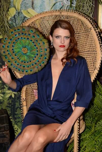 Elodie Frégé très sensuelle en robe au décolleté plongeant et side-hair bouclé