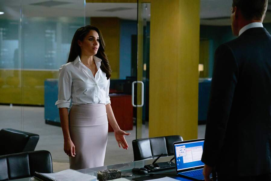 En chemisier blanc et jupe crayon nude, dans un esprit très working girl new-yorkaise