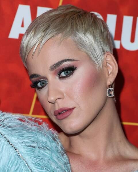 Katy Perry l'avoue elle-même, en période de stress, les boutons refont surface et ses pores se dilatent, help!