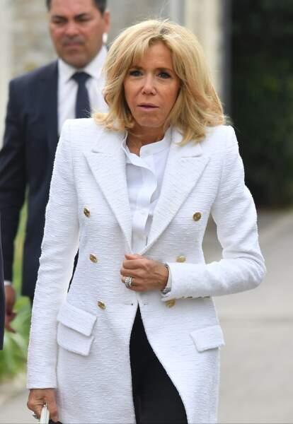 Brigitte Macron radieuse en veste de blazer Alexandre Vauthier et un nouveau carré blond à Giverny