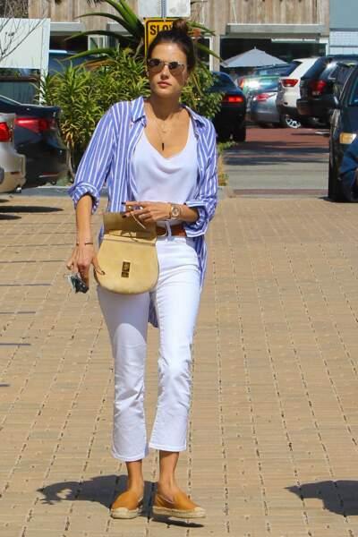 Alessandra Ambrosio adore porter les espadrilles avec un jean blanc et une chemise