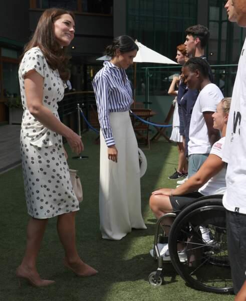 Les deux duchesses ont salué de jeunes joueurs de tennis.