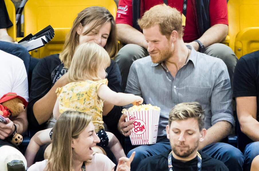 La fillette vole du pop-corn au prince Harry