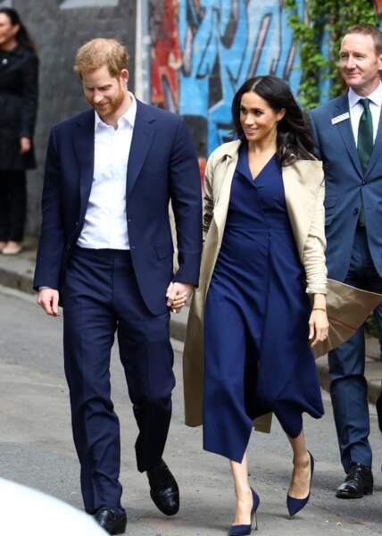 Trench classique, robe Dion Lee, escarpins Manolo Blahnik : Meghan Markle garde son style même enceinte !