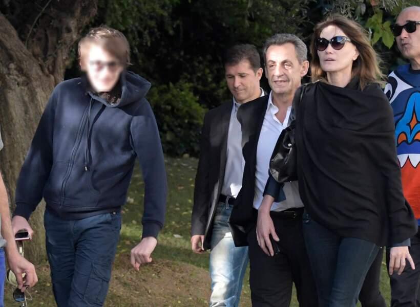 Carla Bruni-Sarkozy est en Grèce avec sa famille et assure la promotion de son nouvel album, French Touch