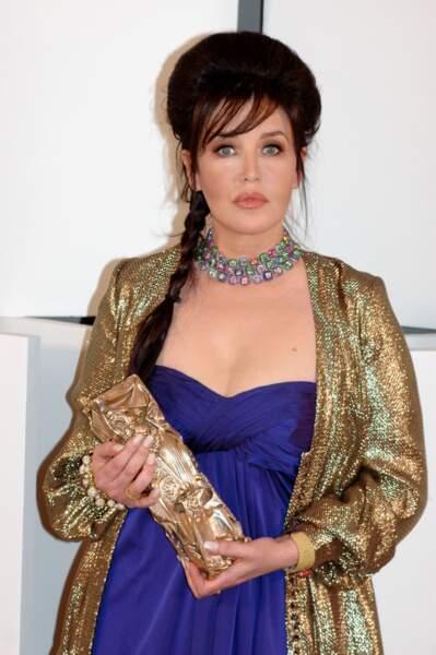 Isabelle Adjani, sublime en robe bleue Azzaro et bijoux de la maison de Grisogono, lors des César 2010