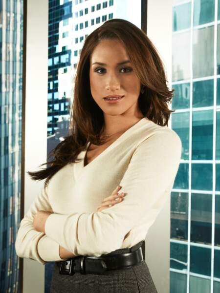 """Avec son brushing lisse aux reflets noisette, Meghan Markle incarne Rachel Zane dans la série """"Suits"""", en 2011."""