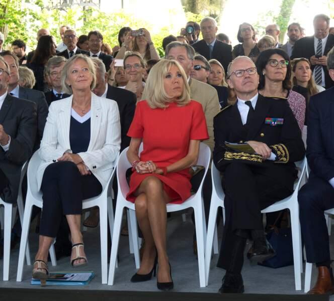 Brigitte Macron dévoile ses belles jambes bronzées dans sa robe droite courte