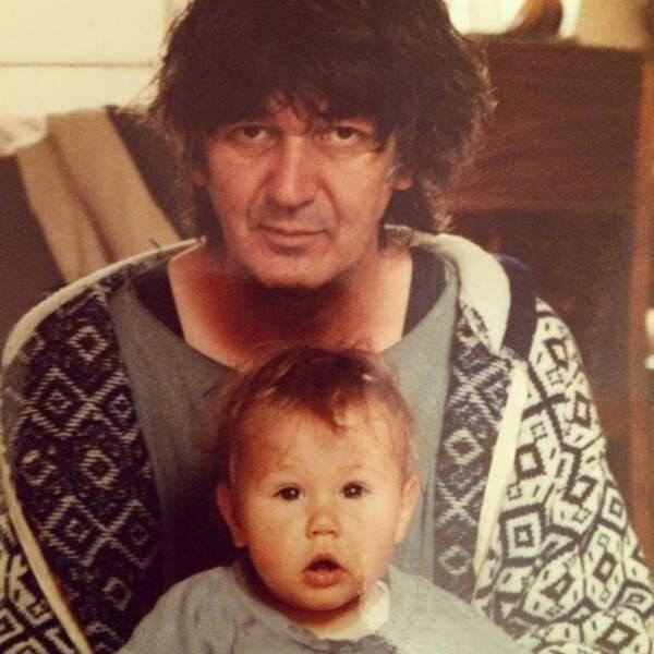 Izia, la fille de Jacques Higelin, ici à l'âge de un an, ne se sentait pas à sa place à l'école.