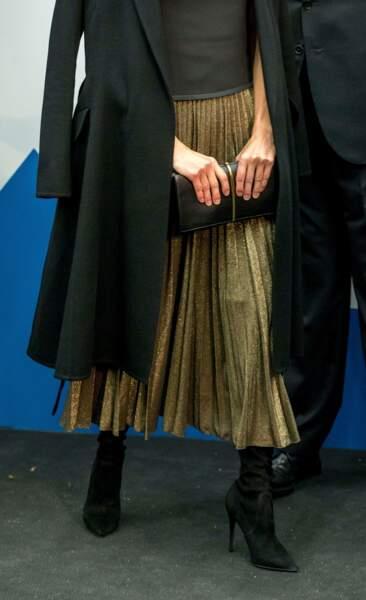 Letizia d'Espagne rayonne dans une jupe plissée et dorée Zara à 60 €