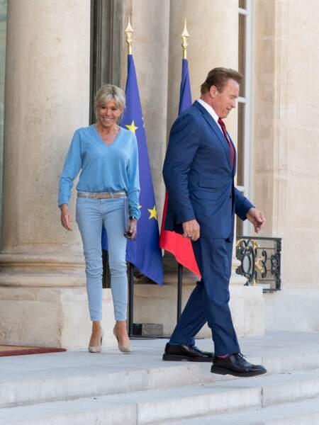 24 juin 2017 : Brigitte Macron en jean slim avec Arnold Schwarzenegger