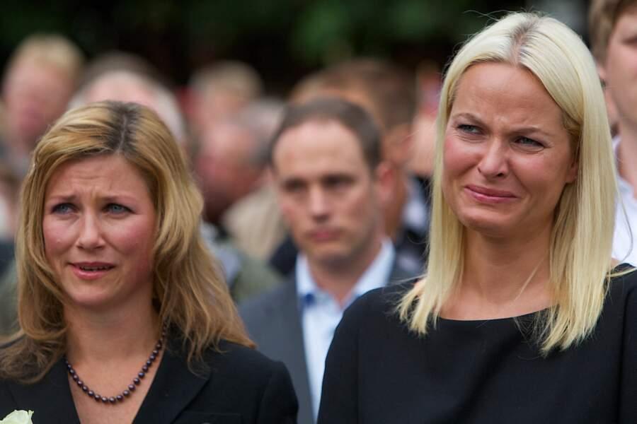 Martha Louise et Mette-Marit de Norvège, lors d'un hommage aux victimes de l'attaque d'Utoya, le 25/07/11 à Oslo
